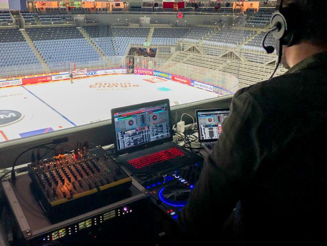 Sala de control en el Lanxess Arena con tecnología Riedel